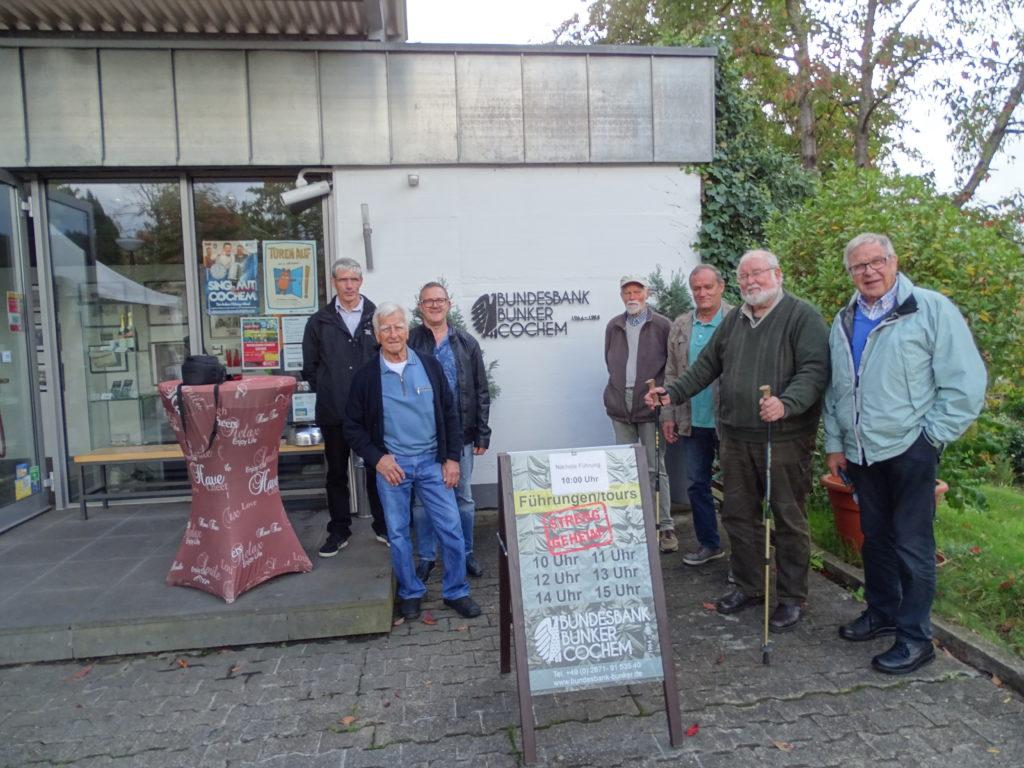 Von Links: Heinz-Udo König, Manfred Dahm, Bernhard Klapperich, Alfred Kaltz, Gottfried Ackermann, Dr. Rolf Minhorst und Hans-Peter Scharmann vor dem Eingang zum Bunker.